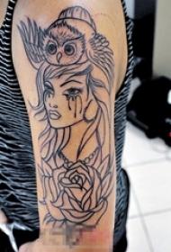 女生手臂上黑色线条创意猫头鹰女生人像和花朵纹身图片