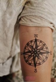 男生手臂上黑色素描点刺技巧创意指南针纹身图片