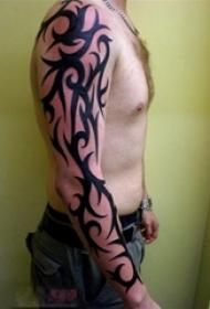 男生手臂上黑色线条创意图腾花臂纹