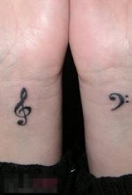 女生手腕上黑色线条创意文艺音符小图案纹身图片
