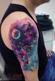 男生手臂上彩绘渐变星空元素几何星球宇宙纹身图片