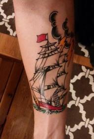 男生手臂上彩绘简单线条海浪和帆船纹身图片