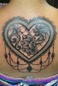 女生背部黑色素描创意蕾丝元素心形纹身图片