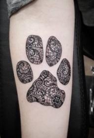女生手臂上黑色线条素描蕾丝元素可爱狗爪纹身图片