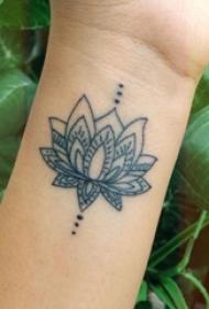 女生手腕上黑色简单线条植物莲花纹身图片
