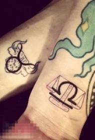 情侣手臂上黑色几何线条白羊座和天平座纹身图片