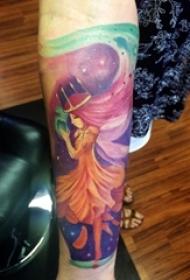 女生手臂上彩渐变抽象线条卡通人物肖像纹身图片