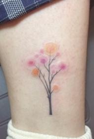女生小腿上彩绘渐变小清新文艺花朵纹身图片