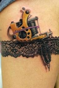 女生大腿上彩绘蕾丝花边和枪纹身图片