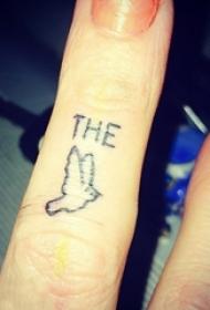 女生手指上黑色简单线条英文单词和小鸟纹身图片