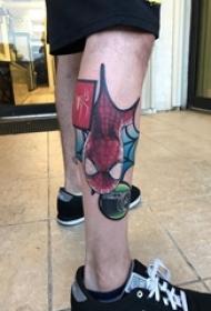 男生小腿上彩绘几何简单线条超级英雄蜘蛛侠纹身图片