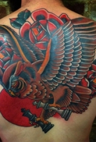 男生后背上彩绘植物花朵和动物老鹰纹身图片