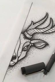 黑灰线条素描创意半边脸鹿头纹身手稿