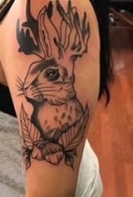 女生手臂上黑灰素描几何元素抽象可爱小兔子纹身图片