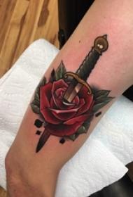 女生大腿上彩绘水彩素描创意霸气匕首唯美花朵纹身图片