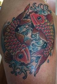 男生手臂上彩绘浪花和小动物鲤鱼纹身图片