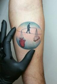 男生手臂上彩绘水彩素描创意圆形画作纹身图片