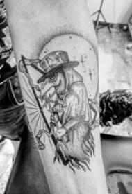 男生手臂上黑灰点刺简单线条创意卡通纹身图片