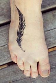 轻飘飘的简单抽象线条别致羽毛纹身图案
