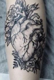 女生小腿上黑色点刺抽象线条植物和心脏纹身图片