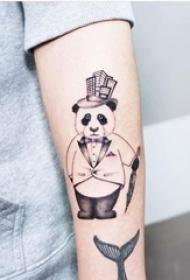 女生手臂上黑灰素描创意可爱熊猫先生纹身图片