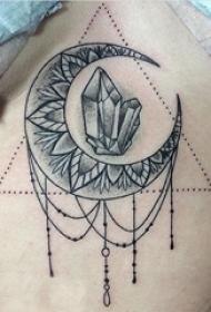 女生胸口下黑灰素描点刺技巧创意月亮钻石纹身图片