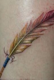 男生大腿上彩绘水彩素描创意文艺羽毛纹身图片