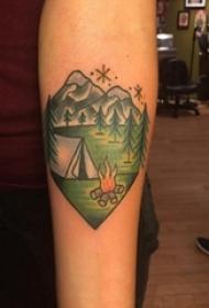 男生手臂上彩绘水彩素描文艺风景复古纹身图片