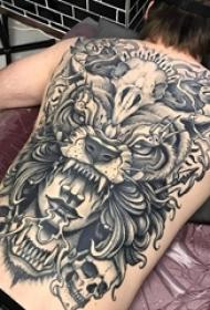 男生背部黑灰素描点刺技巧创意大面积满背纹身图片