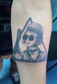 男生手臂上黑灰点刺几何线条枪和人物纹身图片
