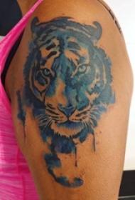 男生手臂上彩绘渐变抽象线条小动物老虎纹身图片