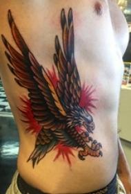 男生侧腰上彩绘简单线条小动物老鹰纹身图片