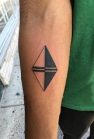 男生手臂上黑色几何线条创意菱形纹身图片