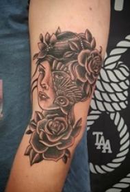女生手臂上黑色点刺简单线条花朵和人物纹身图片