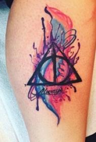 男生手臂上彩绘水彩素描创意几何元素泼墨纹身图片
