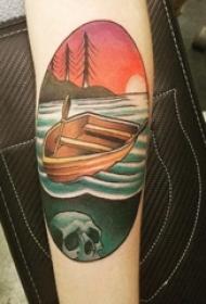 女生手臂上彩绘几何圆形水和船纹身图片