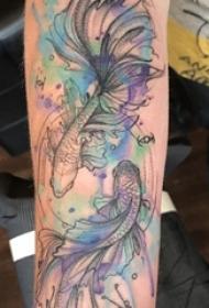 男生手臂上彩绘水彩素描创意文艺金鱼纹身图片