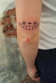 男生手臂上黑色几何简单线条卡通龙猫表情纹身图片