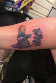 男生手臂上彩绘几何简单线条书籍和卡通人物纹身图片