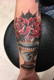 男生手臂上彩绘简单线条花朵纹身图片