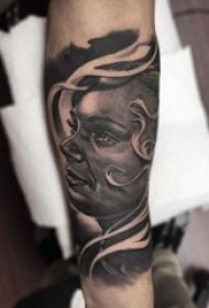 男生手臂上黑色点刺技巧抽象线条人物肖像纹身图片