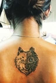 女生背部黑灰素描创意霸气狼头纹身图片
