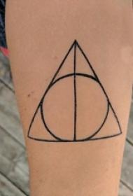 女生小腿上黑色几何简单线条三角形和圆形纹身图片