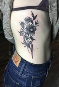 女生侧腰上黑色点刺简单线条植物叶子和花朵纹身图片