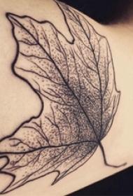 男生手臂上黑色点刺抽象线条植物枫叶纹身图片