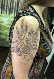 女生手臂上黑色线条文艺小清新唯美花朵纹身图片