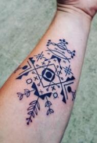 女生手臂上黑色线条几何元素创意花纹纹身图片
