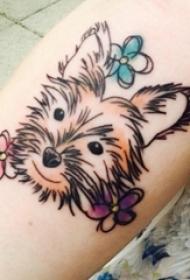 女生小腿上彩绘渐变花朵和简单线条小动物宠物狗纹身图片