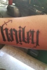 男生手臂上黑灰素描创意文艺花体英文纹身图片