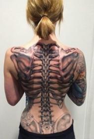 女生背部黑灰素描点刺技巧创意大面积满背骨头纹身图片